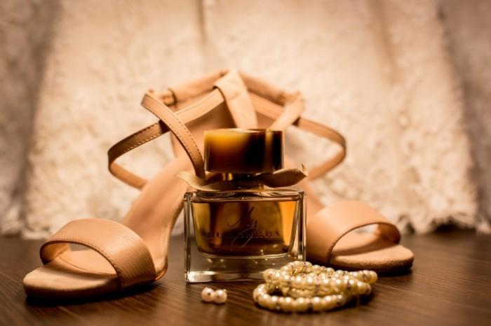 Tufli duhi i ukrasheniya krupnyim planom Shoes perfume and jewelry close up 5472h3648 700x466 Туфли духи и украшения крупным планом   Shoes perfume and jewelry close up