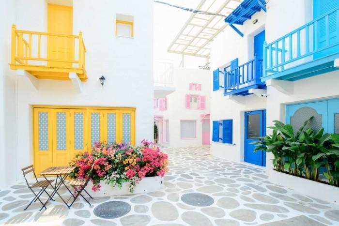 Внутренний дворик в ярких цветах   Patio in bright colors