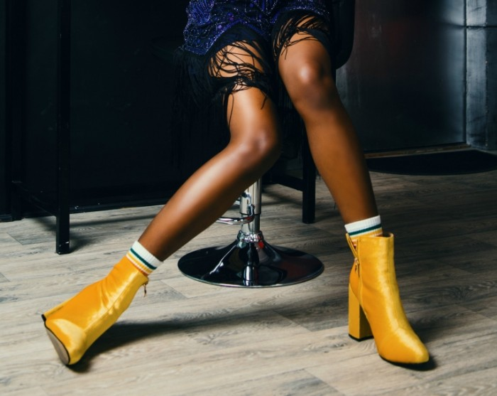 Женские ноги. желтые женские ботинки   Womens legs. yellow women shoes