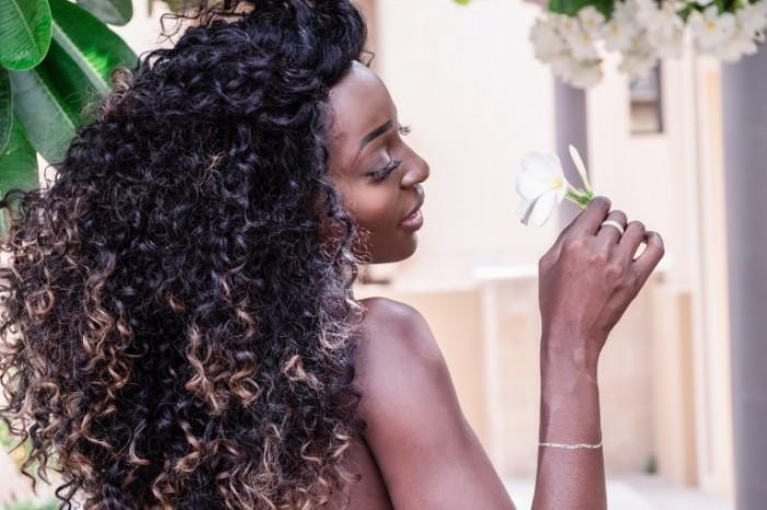 Afroamerikanka s tsvetkom kudryavyie volosyi African American with a flower curly hair 6000h4000 700x466 Афроамериканка с цветком, кудрявые волосы   African American with a flower, curly hair