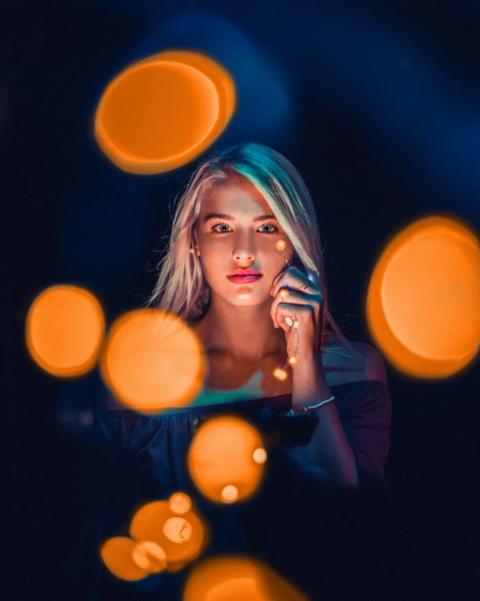 Devushka s novogodney girlyandoy blondinka Girl with Christmas garland blonde 4912h6140 700x875 Девушка с новогодней гирляндой, блондинка   Girl with Christmas garland, blonde