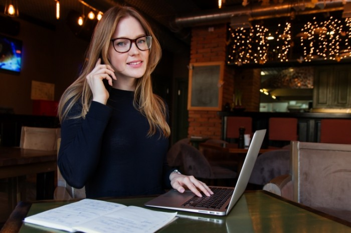 Devushka v ochkah rabotaet v kafe za noutbukom girl in glasses works in a cafe for a laptop 4717  3144 700x465 Девушка в очках работает в кафе за ноутбуком   girl in glasses works in a cafe for a laptop