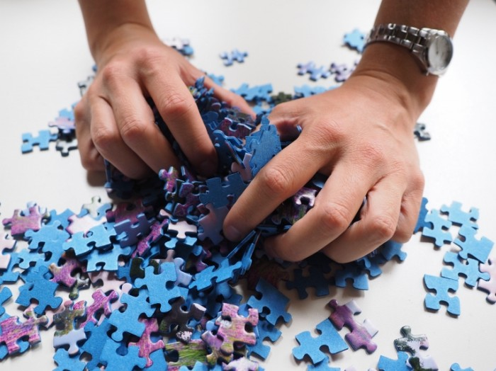 Pazlyi chelovek v rukah derzhit kusochki pazlov Puzzles a man in his hands holding pieces of puzzles 4608  3456 700x524 Пазлы, человек в руках держит кусочки пазлов   Puzzles, a man in his hands holding pieces of puzzles
