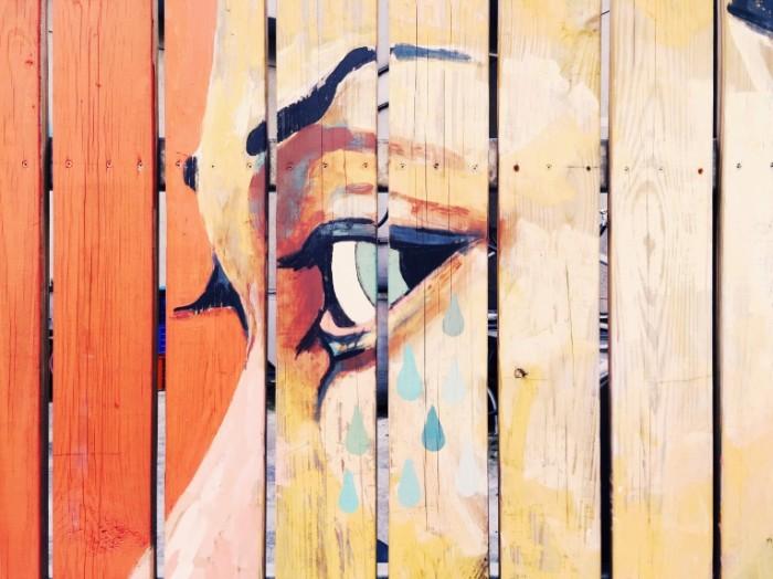 Рисунок на заборе, лицо   Drawing on the fence, face