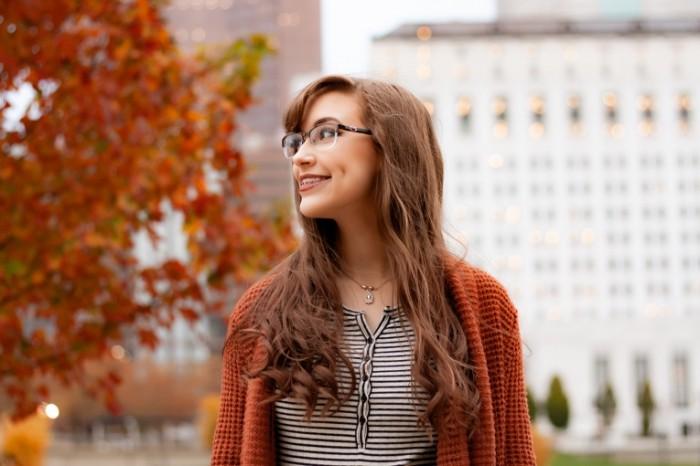 Рыжая девушка в очках в оранжевой кофте, осень   Red haired girl in glasses in an orange jacket, autumn