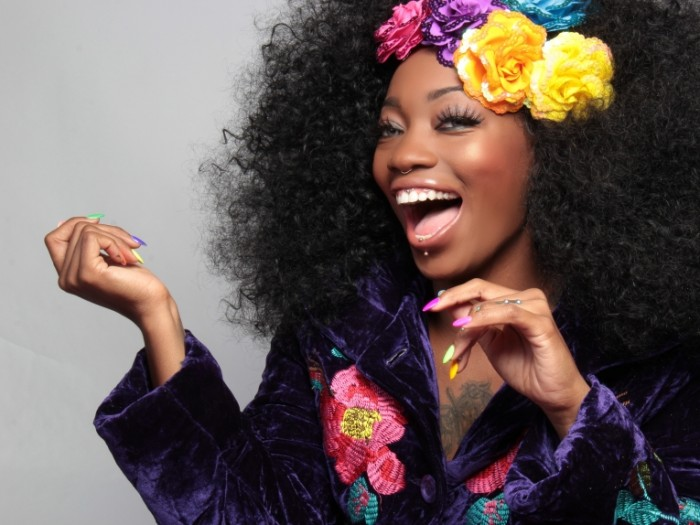 Afroamerikanka s tsvetnyim manikyurom African American with color manicure 4604  3456 700x525 Афроамериканка с цветным маникюром   African American with color manicure