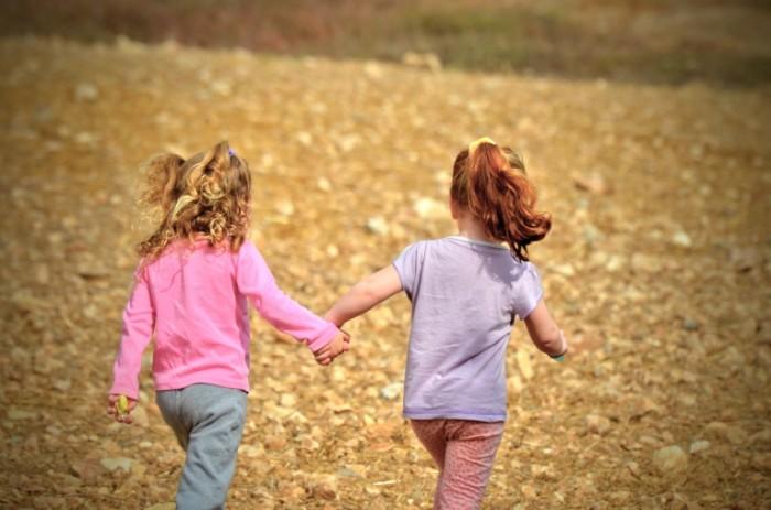 Deti devochki sestryi deti begut po trave Children girls sisters children run through the grass 4928  3264 700x463 Дети, девочки, сестры, дети бегут по траве   Children, girls, sisters, children run through the grass
