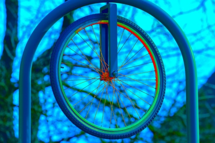 Koleso ot velosipeda detskaya ploshhadka Bicycle wheel playground 5184  3456 700x466 Колесо от велосипеда, детская площадка   Bicycle wheel, playground