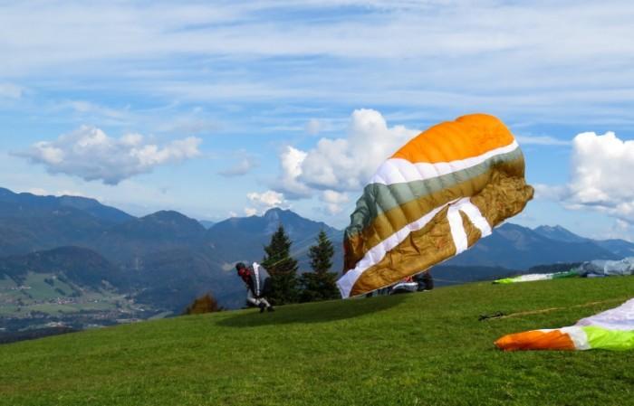 Parashyutnyiy sport spusk s goryi na sportivnom parashyute Parachuting descending a sport parachute 4712  3030 700x449 Парашютный спорт, спуск с горы на спортивном парашюте   Parachuting, descending a sport parachute