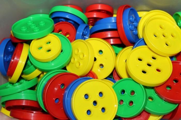 Pugovitsyi knopki igrushki tsvetnoy plastik Buttons buttons toys colored plastic 5184  3456 700x466 Пуговицы, кнопки, игрушки, цветной пластик   Buttons, buttons, toys, colored plastic