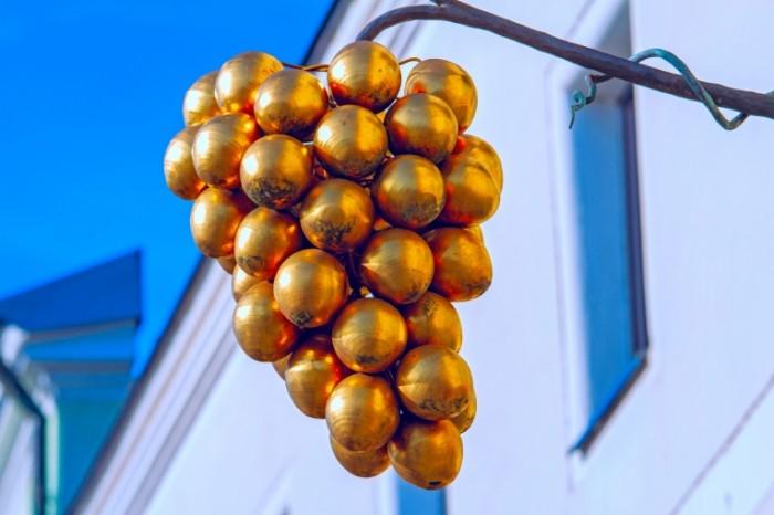 Ukrashenie dlya fasada zolotaya grozd vinograda Decoration for the facade a golden bunch of grapes 5184  3456 700x466 Украшение для фасада, золотая гроздь винограда   Decoration for the facade, a golden bunch of grapes