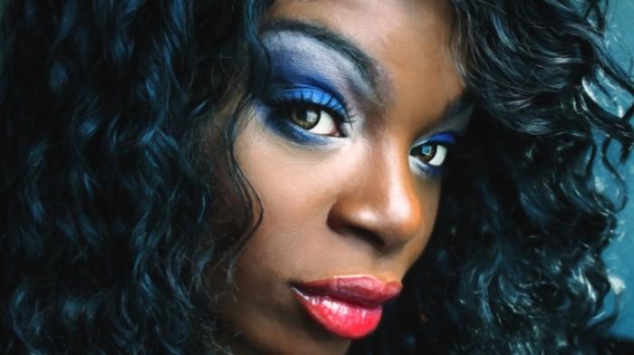 Vecherniy makiyazh devushka afroamerikanka yarkie volosyi Evening make up African American girl bright hair 5184  2912 700x392 Вечерний макияж, девушка афроамериканка, яркие волосы   Evening make up, African American girl, bright hair