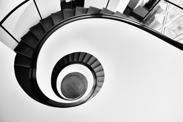 Vintovaya lestnitsa v cherno belom dizayne Black and white spiral staircase 5760h3840 700x466 Винтовая лестница в черно белом дизайне   Black and white spiral staircase