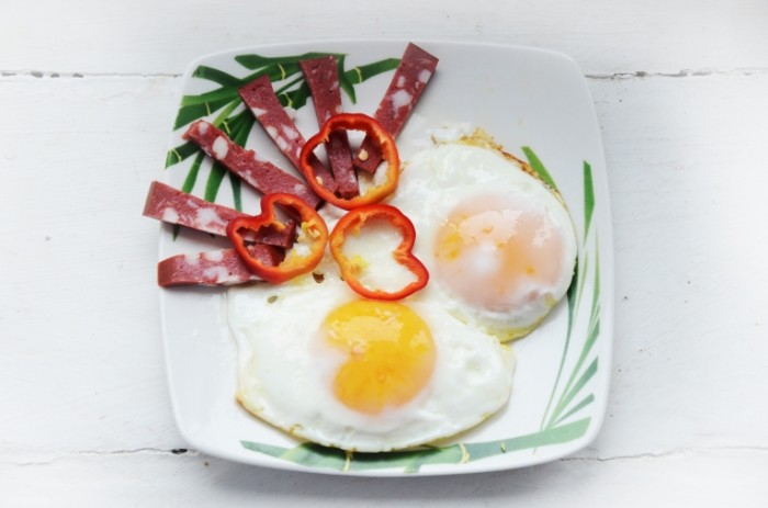 YAichnitsa bekon paprika zelen legkiy zavtrak Fried eggs bacon paprika greens light breakfast 4928  3264 700x463 Яичница, бекон, паприка, зелень, легкий завтрак   Fried eggs, bacon, paprika, greens, light breakfast
