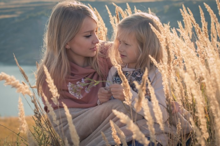 Devushka blondinka s rebenkom v pole na prirode Girl blonde with a child in a field in nature 5120  3413 700x465 Девушка блондинка с ребенком в поле на природе   Girl blonde with a child in a field in nature