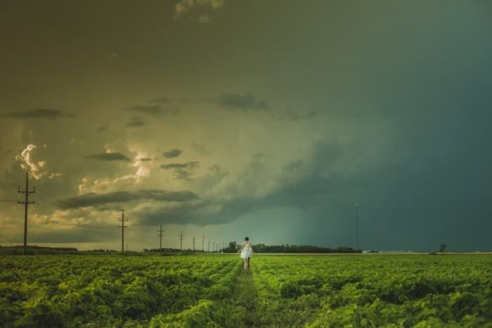 Devushka v pole pered grozoy girl in the field before a thunderstorm 5440  3627 700x466 Девушка в поле, перед грозой   girl in the field, before a thunderstorm