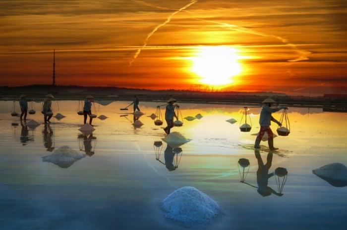 Dobyicha soli v azii lyudi s korzinami na zakate Salt mining in Asia people with baskets at sunset 7087  4724 700x465 Добыча соли в азии, люди с корзинами на закате   Salt mining in Asia, people with baskets at sunset