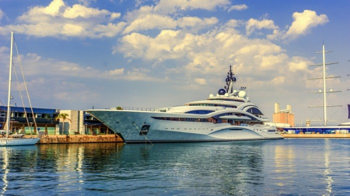 Ogromnaya chastnaya yahtyi u pristani Huge private yacht at the marina 6000  3376 700x393 Огромная частная яхты у пристани   Huge private yacht at the marina