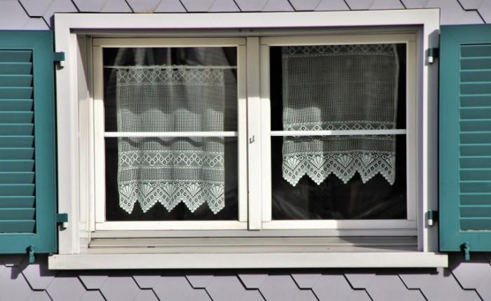 Okno s zanaveskami na cherdake Window with curtains in the attic 5845  3593 700x430 Окно с занавесками на чердаке   Window with curtains in the attic