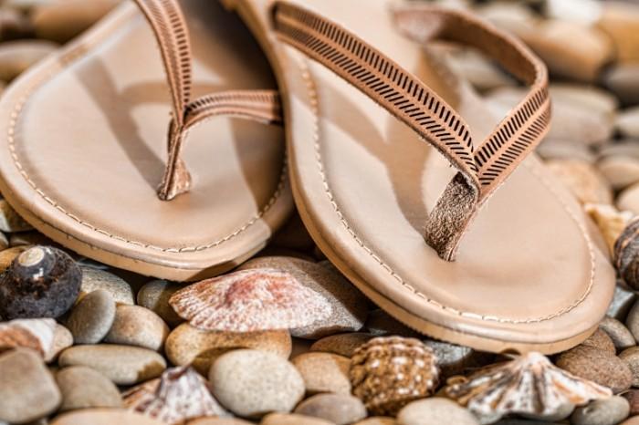 Plyazhnyie otkryityie tapochki. shlepantsyi morskie kamushki galka Beach open slippers. flip flops sea pebbles pebbles 5472  3648 700x466 Пляжные открытые тапочки. шлепанцы, морские камушки, галька   Beach open slippers. flip flops, sea pebbles, pebbles