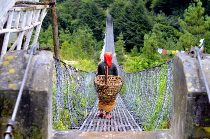 ZHenshhina s korzinoy idet po podvesnomu pletenomu mostu woman with a basket is walking on a suspension braided bridge 4928  3264 700x463 Женщина с корзиной идет по подвесному плетеному мосту   woman with a basket is walking on a suspension braided bridge